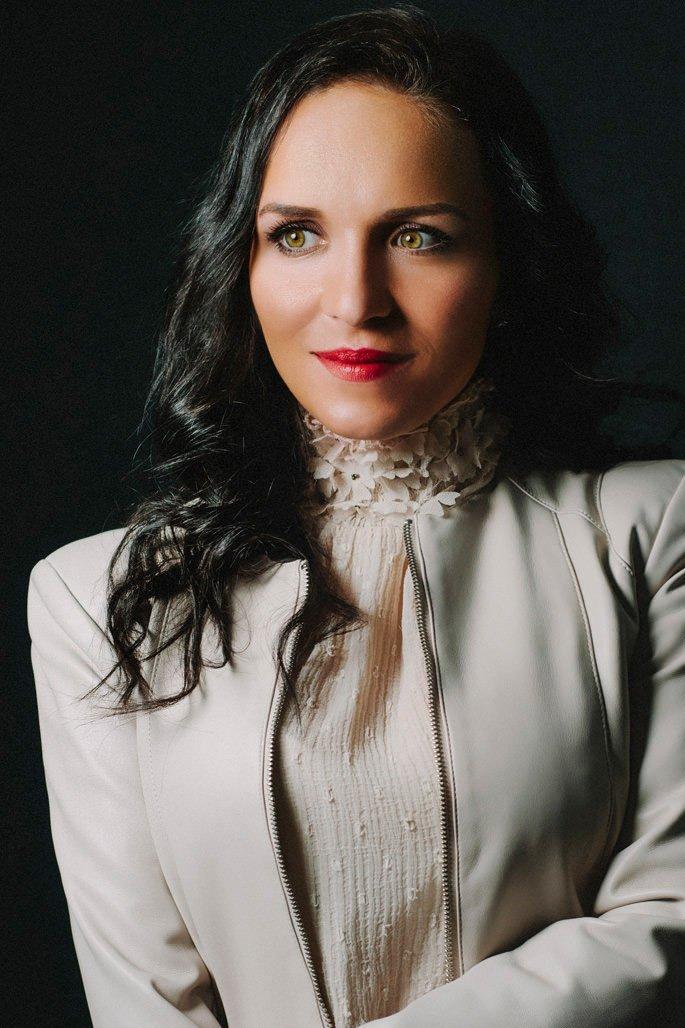 sympathische Portraitfoto von der Künstlerin Mariella Milana - Aufgenommen von typischfotograf
